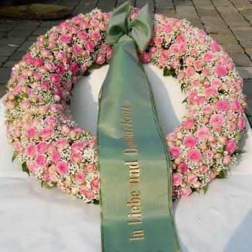 Kranz rosa Rosen, weißes Schleierkraut, gesteckt