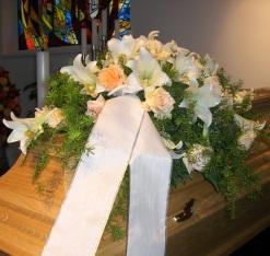 Sarggesteck lachs Rosen, weiße Lilien