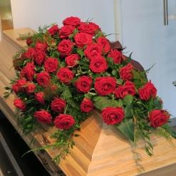 Sarggesteck rote Rosen