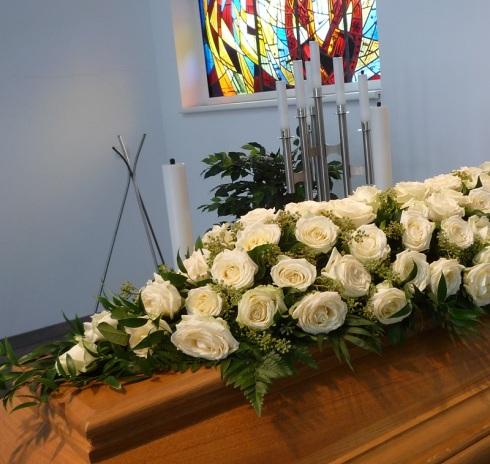 Sargzeile weiße Rosen