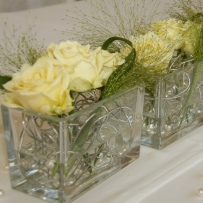 Tischgestecke in Glasquader