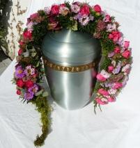 Urnengesteck auf der Urne