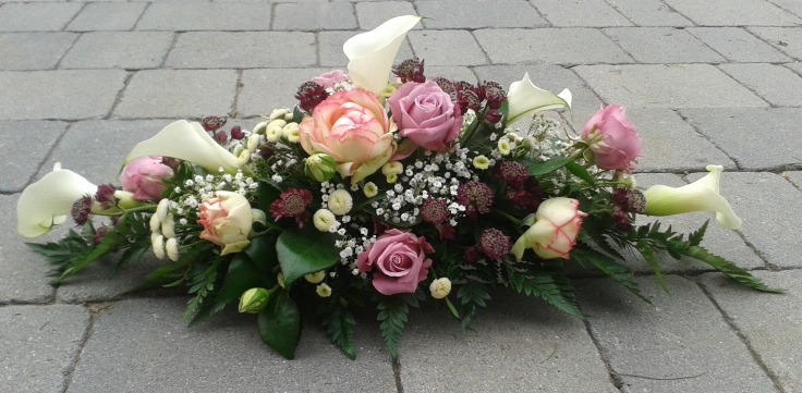 Tischgesteck in rosa-violett Schattierungen (Biedermeier Rosen)