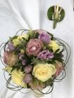 Brautstrauß und Anstecker hellviolett- und cremefarbene Rosen