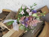 Kranzldamenstrauß mit Wiesenblumen in rosa-violett