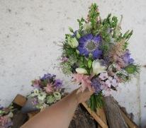 Brautstrauß mit Wiesenblumen in rosa-violett