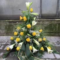 Urnengesteck weiße Lilien und gelbe Rosen