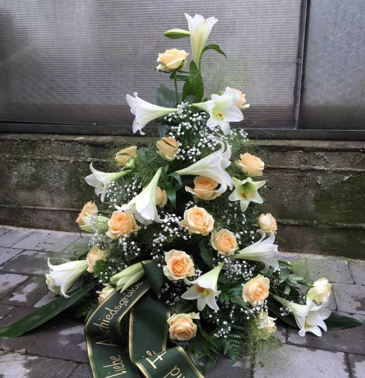 Urnengesteck weiße Lilien und lachs Rosen