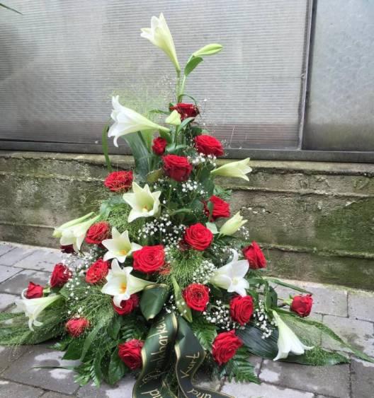 Urnengesteck weiße Lilien und rote Rosen